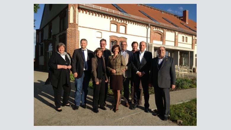 Andrea Voßhoff (links) mit Mitgliedern der MIT-Havelland vor dem Landhaus Ribbeck in Nauen-OT Ribbeck